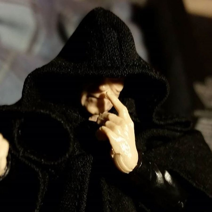 Hey First order, when my nose itches I can scratch and pick it. How bout you? Forceworldproblems Firstorderproblems WTF Hasbro Droppedtheball Blackseries Palpatine Starwars Starwarstoys Starwarsfigures