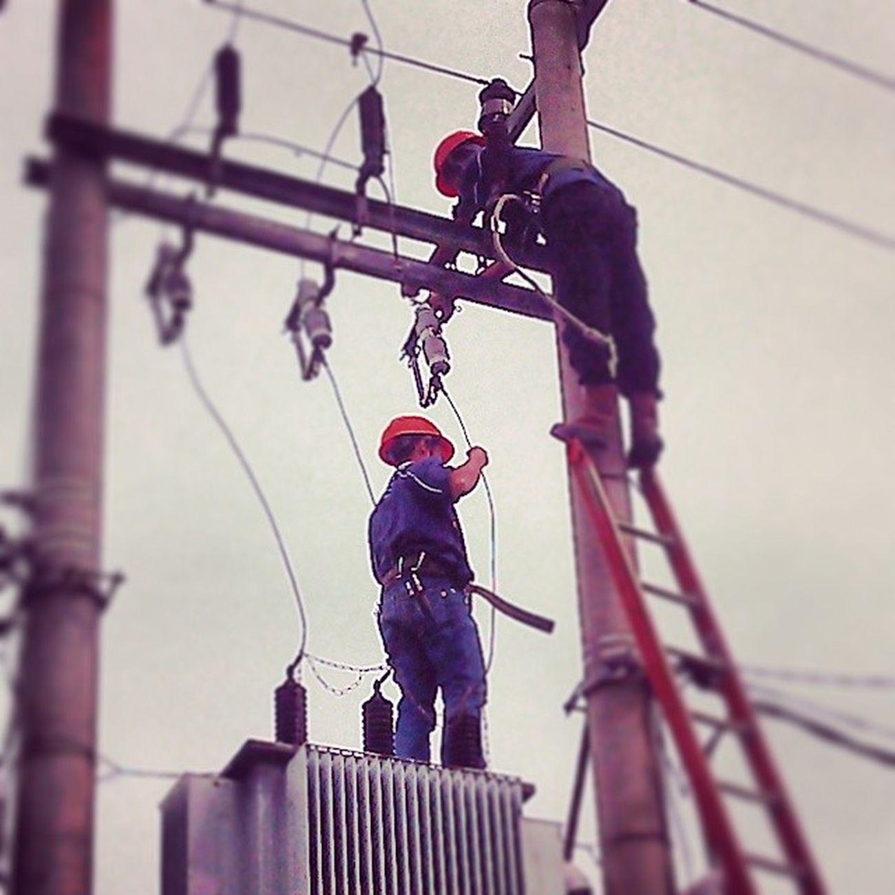 Pln cijawra sedang memperbaiki gardu listrik di perumahan D'Amerta Residence, setelah sebelumnya terjadi ledakkan keras dari gardu tersebut krn ada satu meteri yg meledak.. pelayanan cepat dari pln cijawra serta respon masyarakat menjadi sebuah sinergi yg baik Pln Cijawra Bandung Listrik Televisinet