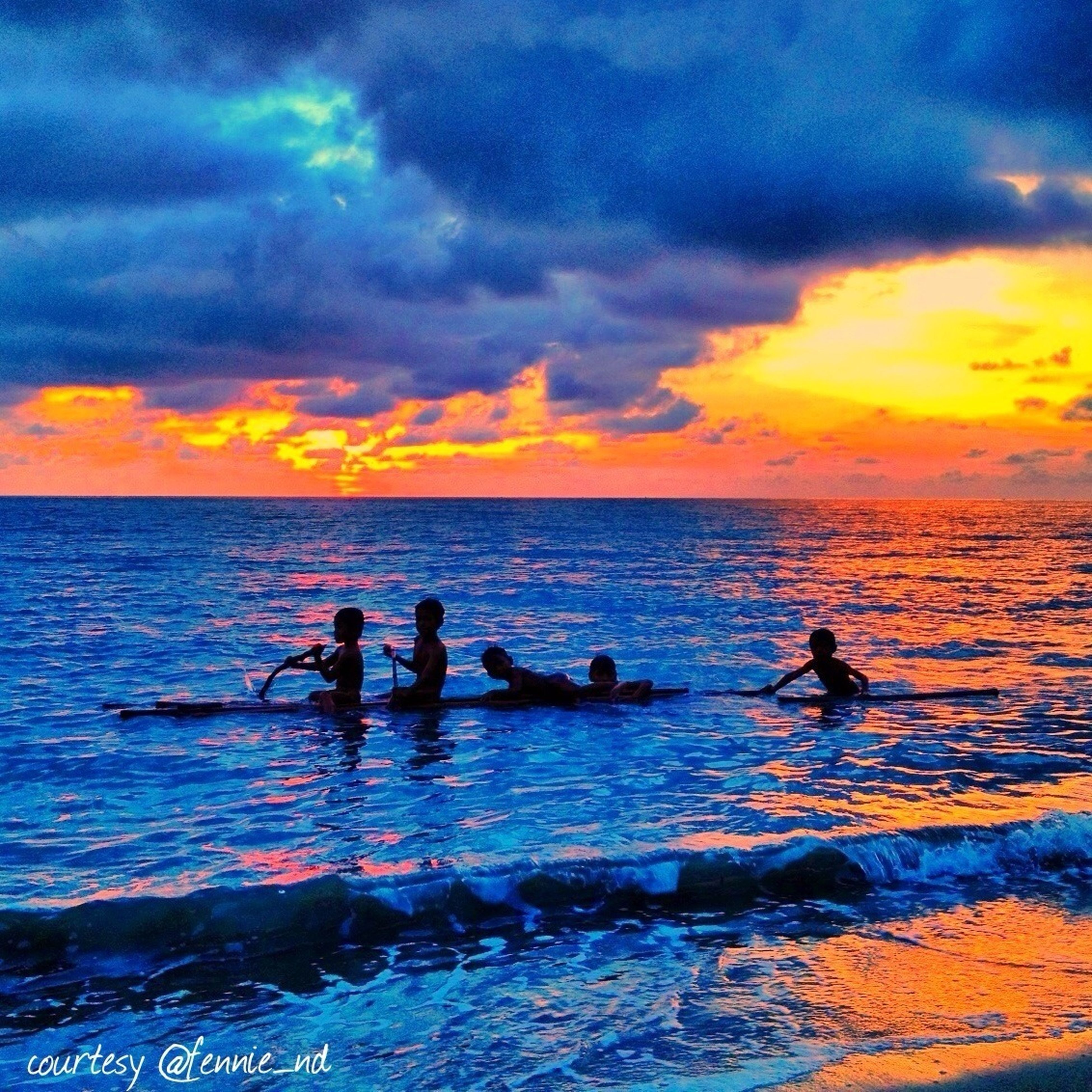 sea, water, sky, sunset, horizon over water, leisure activity, cloud - sky, lifestyles, men, silhouette, scenics, beauty in nature, beach, vacations, nature, tranquil scene, cloudy, tranquility