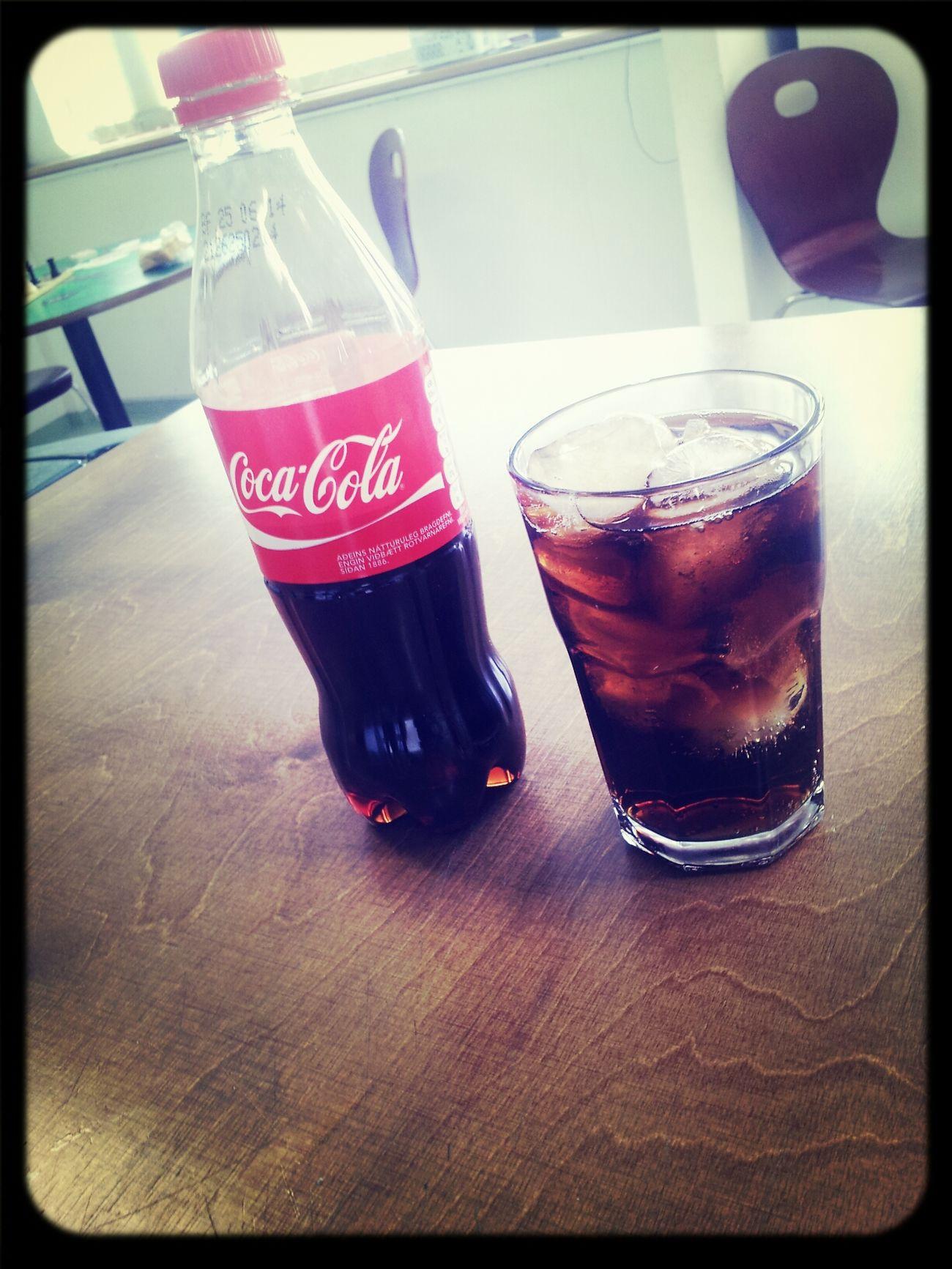 þegar maður er buinn að standa sig vel. þa verðlaunar maður sig með coca cola. Working Cocacola #drink First Eyeem Photo