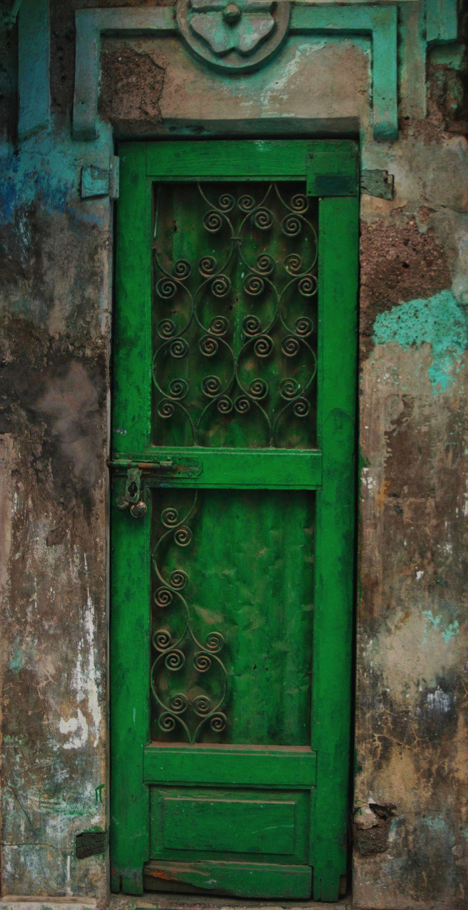 Open the door, please. Door Outdoors Closed Door EyEmNewHere Eyem Best Shots Eyemmarket No People Streetphotography Street Life
