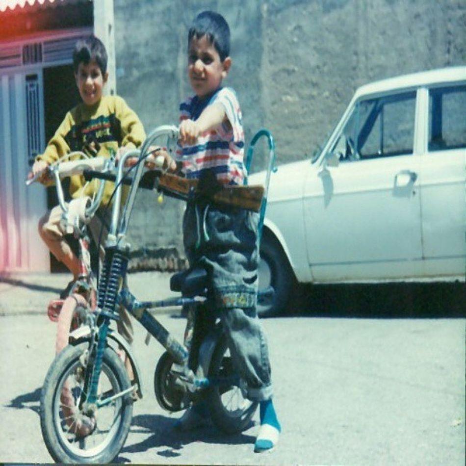 . در دهه ۶۰ و ۷۰ وسایل بازی و سرگرمی پسرانه محدود بود به این دوچرخه ها و تفنگ ها چون هنوز آتاری و میکرو ، سگا ، پلی_استیشن و ... یا اختراع نشده بودند و یا در دسترس ما ایرانی ها نبود . . . پی نوشت : در دوران کودکی ما دوربین عکاسی زیاد بین مردم رواج نداشت ... پدر ما هم در محله ما تنها کسی بود که دوربین_عکاسی داشت و این عکس رو به عنوان یادگاری از من و دوست خوب دوران کودکی ام گرفت . . . نوید_کمالی Nkamali_ir game bajestan بجستان picoftheday navidkamali