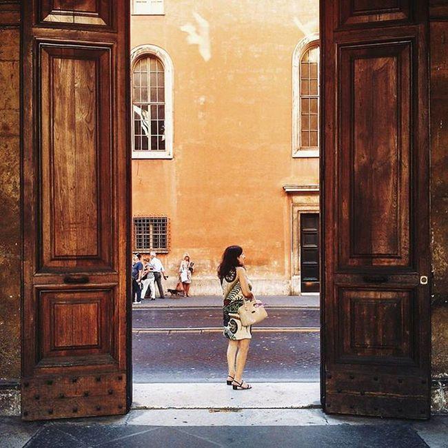 ✨ R O M A ✨ Instamission258 Sem saber se era permitido ou não, entramos por essa porta enorme e encontramos um pátio maravilhoso. Na volta me deparei com essa cena bem italiana.