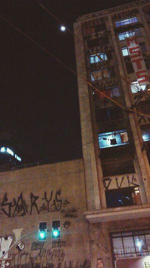 A lua, grafite e o MST. Saopaulo Brasil Brazil Downtown Centrodesaopaulo Moon Lua  Movimentodossemteto Ocupação Graffiti