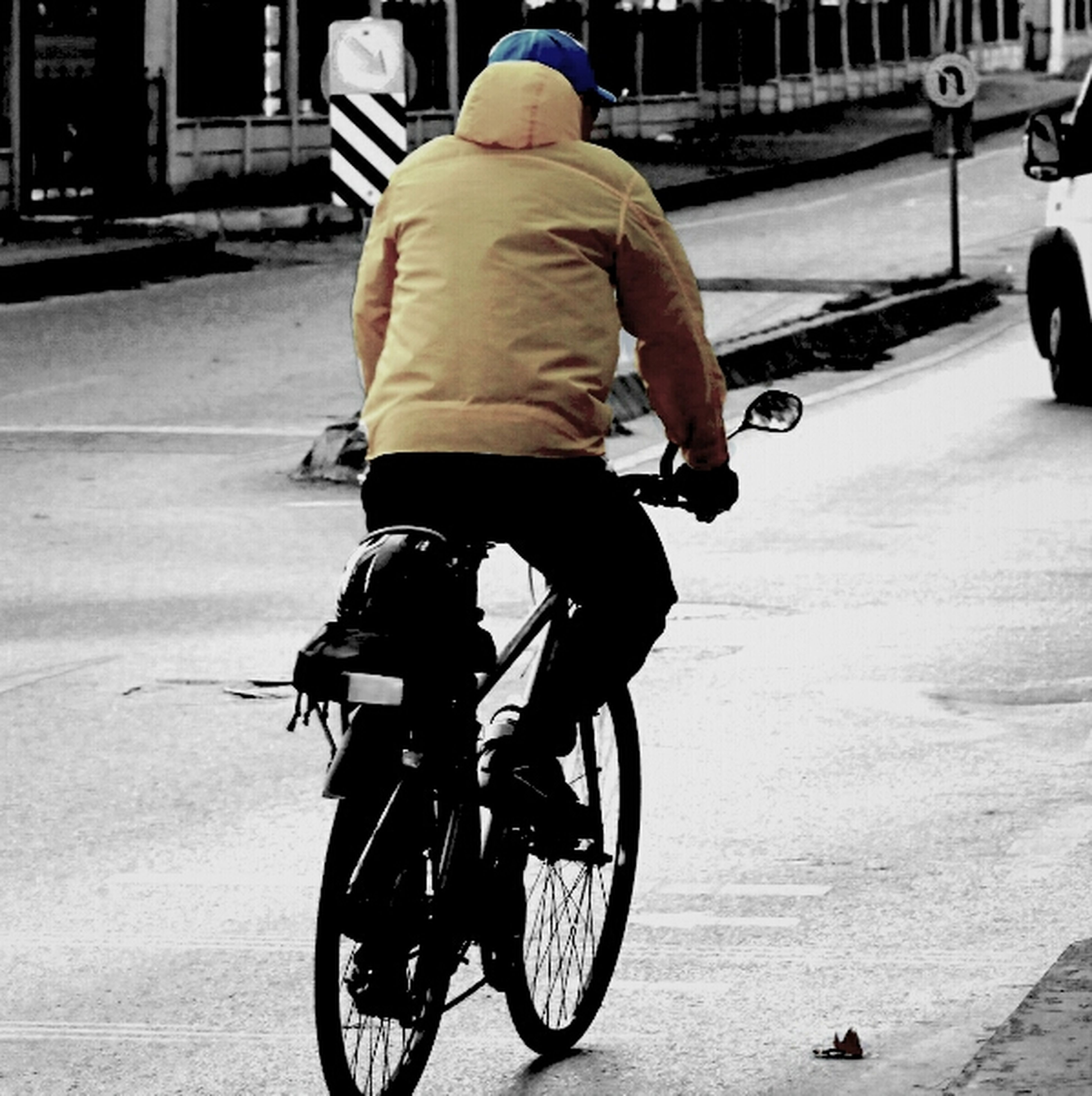 bicycle, transportation, mode of transport, land vehicle, riding, cycling, street, men, lifestyles, full length, road, on the move, leisure activity, travel, stationary, motion, casual clothing, road marking