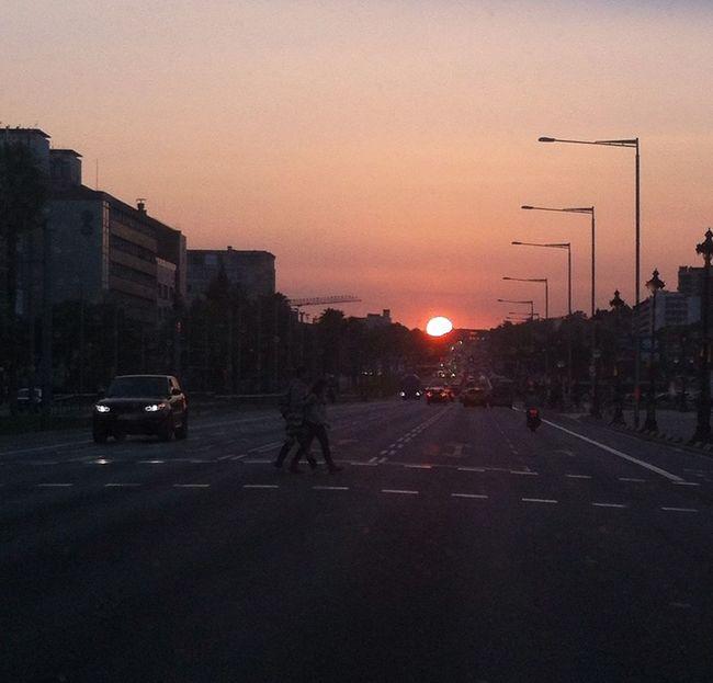 Cada dia te vas y me abandonas,dejandome sola ,sumida en la obscuridad y sufriendo porqué nunca se seguro si al dia siguiente te volveré a ver EyeEm Best Shots - Sunsets + Sunrise Sun_collection Streetphotography Streetphoto_color