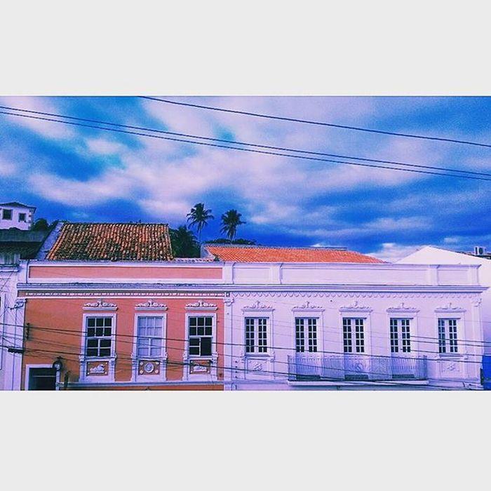 Mesmo com o tempo nublado a beleza é certa, as nuvens entram em contraste com os antigos e belíssimos sobrados do centro histórico de Penedo ♡ O turista quando se despede de nossa cidade, não leva na bagagem apenas a história local, e sim na memória registros de uma cidade que além de ter o maior centro histórico de Alagoas foi uma das primeiras do Brasil colonial. Alagoas Brasil Terralinda Minha_alagoas Vemconhecer Vemseencantar Cultura Historica CidadeLinda Ouropretodonordeste Viajem  Lazer Conhecimento Maiorcentrohistoricodealagoas Partiubrasil