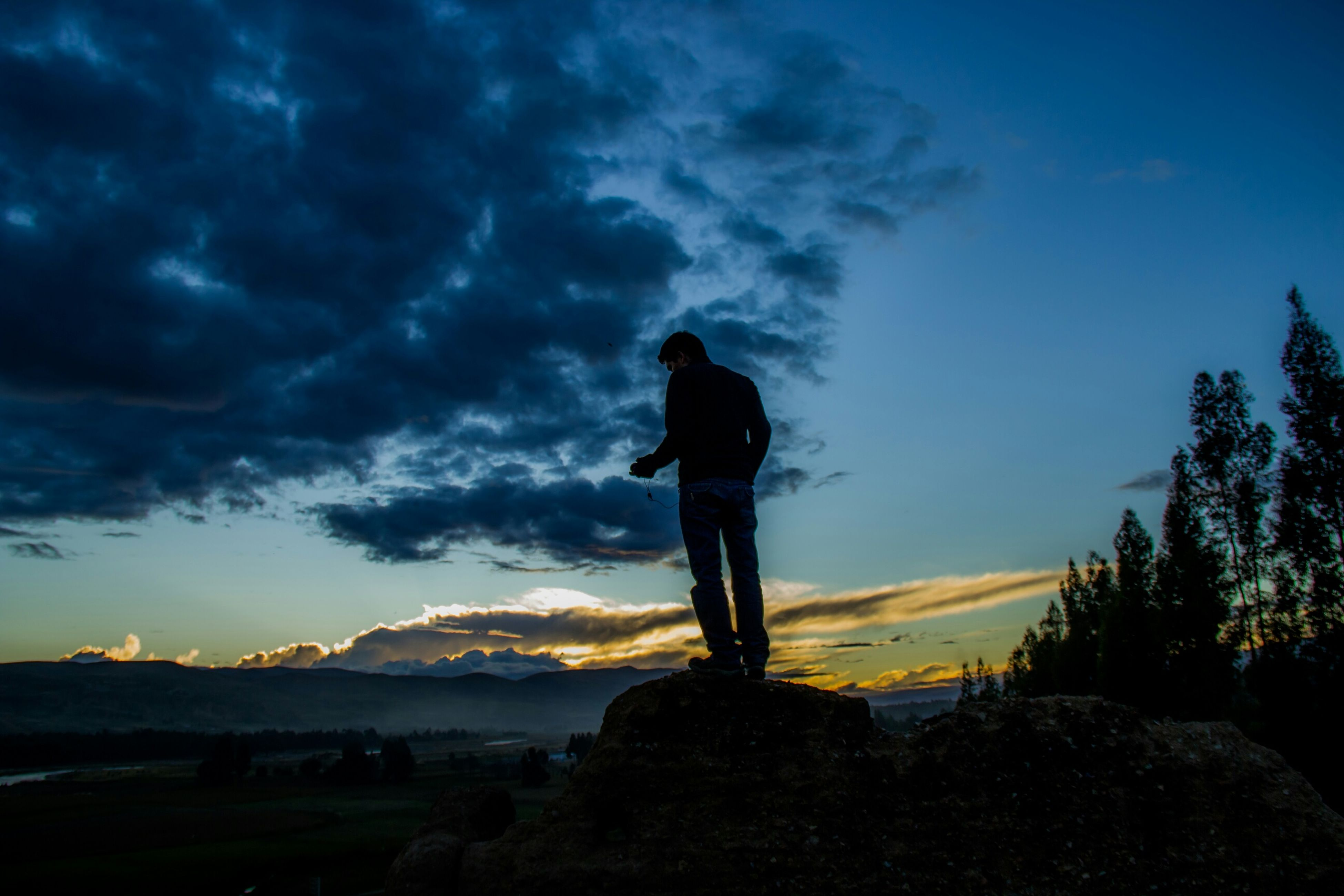 silhouette, sky, full length, standing, cloud - sky, lifestyles, leisure activity, sunset, tranquility, tranquil scene, rear view, scenics, cloud, nature, beauty in nature, cloudy, water, dusk