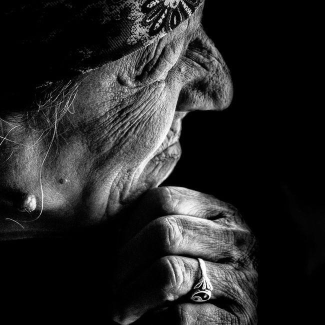 Anonymous portrait... Sabemos quiénes somos, y definimos lo que somos, por la relación que guardamos con la gente y nuestros motivos para quererla... Shantaram. G. David Roberts Streetphotography Blackandwhite EyeEmbnw Street Portrait Portrait RePicture Ageing Streetphoto_bw Bw_portraits EyeEm Best Shots EyeEm Best Shots - Black + White The Human Condition B&W Portrait Bw_collection