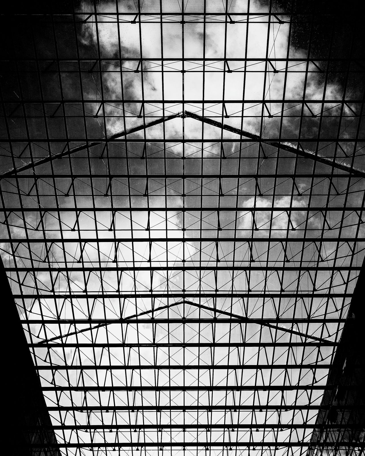 Framedclouds Architecture Built Structure Berlin Photography Berlin Architecture_collection Urban Geometry Architectural Detail Architecturelovers Minimalistic Monochrome Berlin Monochrome Berlin Black & White Berlin Schwarzweiss Monochrome Berlin Schwarzweiß Blackandwhite Photography Looking Up Minimalism Minimalist Architecture Architectural Column HuaweiP9 Huawei Monochrome