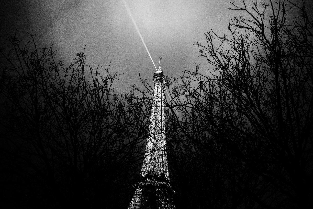 Un moment. Architecture Black And White Day Eiffel Tower Eiffel Tower Black And White Eiffeltower La Tour Eiffel Nature No People Outdoors Paris Paris Black And White Paris, France  Sky Tour Eiffel Tour Eiffel Black And White