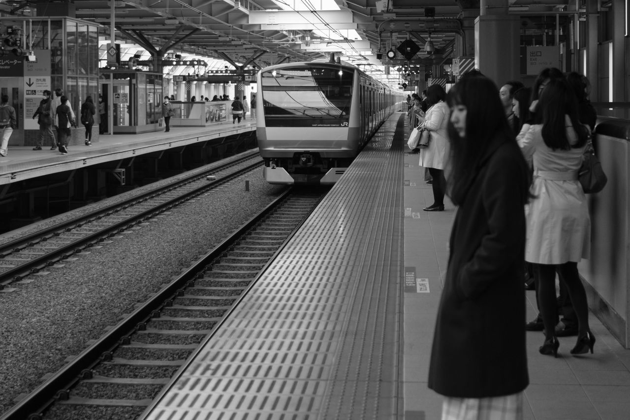 real people, transportation, railroad station platform, public transportation, railroad station, women, lifestyles, rail transportation, rear view, train - vehicle, mode of transport, men, railroad track, large group of people, leisure activity, indoors, full length, standing, togetherness, day, adult, people