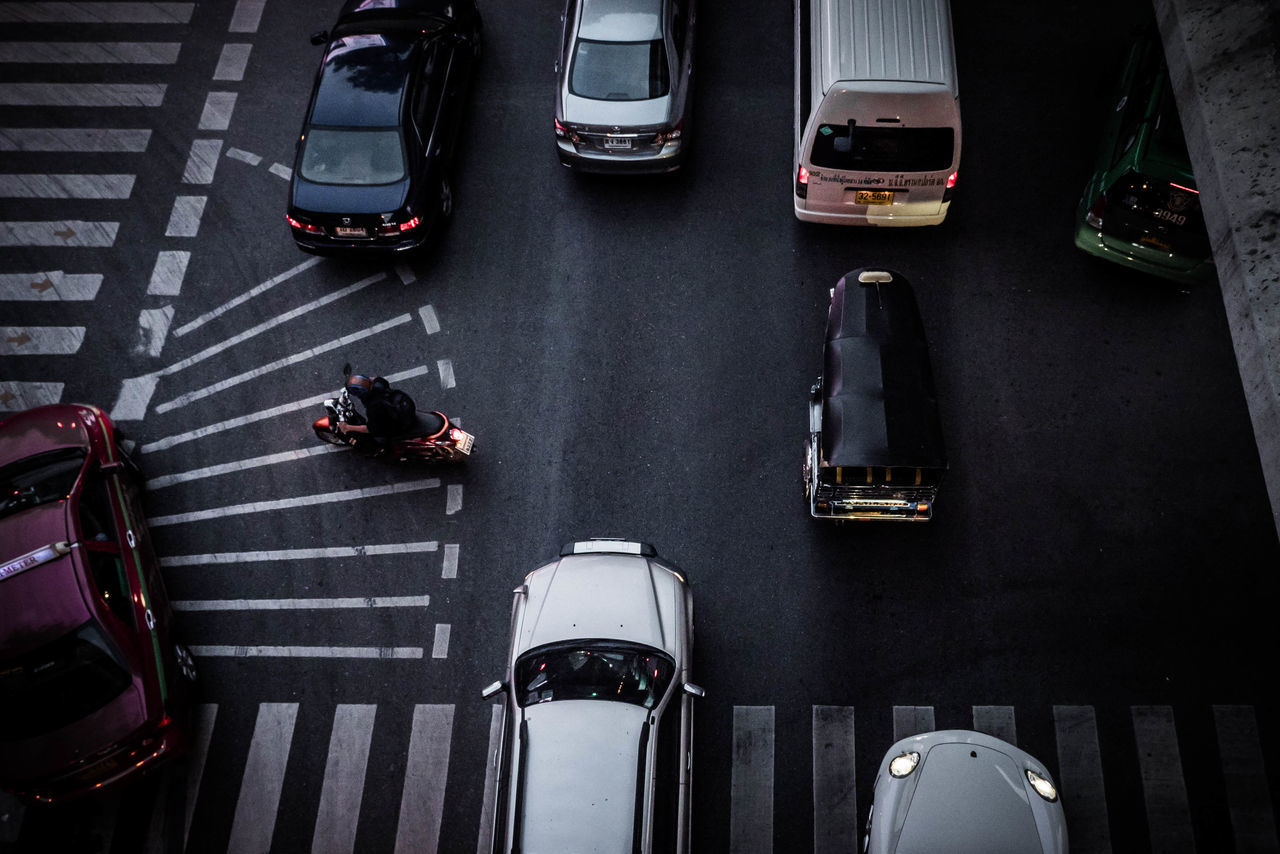 transportation, car, land vehicle, high angle view, street, road, mode of transport, outdoors, waiting, day, men, real people, city, people