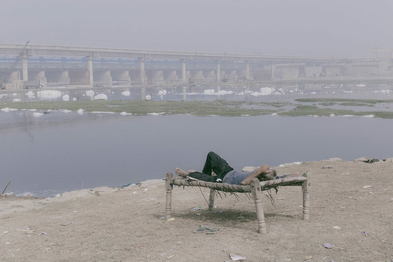 Charpai rest on the banks of the Yamuna. New Delhi, India. November 2016. © Zacharie Rabehi / Agence Le Journal