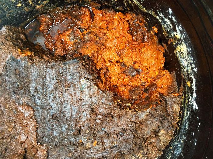 味噌 Miso テェンジヤン Korean Food 韓国の味噌 장독 トェンジャン は、少し作り方が独特。鍋で大豆を茹でてすり潰し、それを固めて メジュ 메주 という、市場で見かけた固まった味噌のようなものを、味噌玉としてまず作るところから始まる。これを床暖房の オンドル 온돌 床の上で少し湿らせた布を被せたり、納豆みたいに藁を被せて包んで軒先に吊るして、表面にカビを生やすのだそう。カビが生えたら、その味噌玉を塩水と一緒に 壺 된장 に入れて発酵させて味噌にする。ちなみに、壺に残った水分は御察しの通り 醤油 간장 になります。そこまで聞いて思ったのは、味噌玉のカビの色が気になる。腐敗と発酵は違うから、麹カビに近いものを同じ大豆で作るんでしょうね。となるとほぼ白色に近いカビなはず。以前に自宅で味噌を作った時、壺はアルコールで消毒し、味噌の上を酒粕で隙間なく埋めて蜂蜜を塗り、壺の蓋を閉めて酒粕で隙間を埋めて蜂蜜を塗り、最後に新聞紙で包んで台所の下にしまったにも関わらず、蓋を開けた時の酒粕を覆うカビの色は様々でびっくりした。もちろん味噌は美味しく出来上がった。