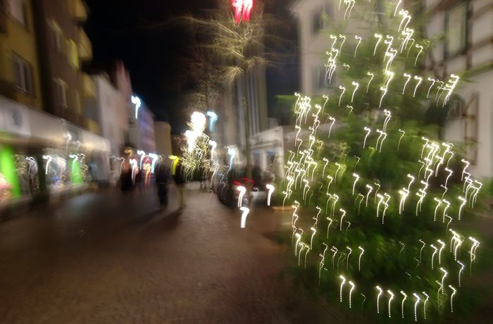 Exploring Style Christmastime Illuminated City Outdoors Architecture Night Real People Tree Christmas Tree Large Group Of People People EyeEm Best Shots - The Streets EyeEm Deutschland 🇩🇪Germany Sony Xperia Photography. IMography Christmas Time Christmas Market Weihnachtsmarkt Welcome To Black