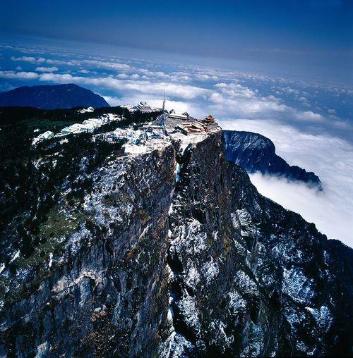 这张冬天的峨眉山拍摄于1997年12月,用的是德国禄莱6008相机。 Snow Mountain Snowcapped Mountain Mountain Range Winter Mountain Peak Hiking Landscape Sky Beauty In Nature Outdoors Nature Cold Temperature Cloud - Sky Scenics No People Star - Space Mountain Ridge Day Galaxy