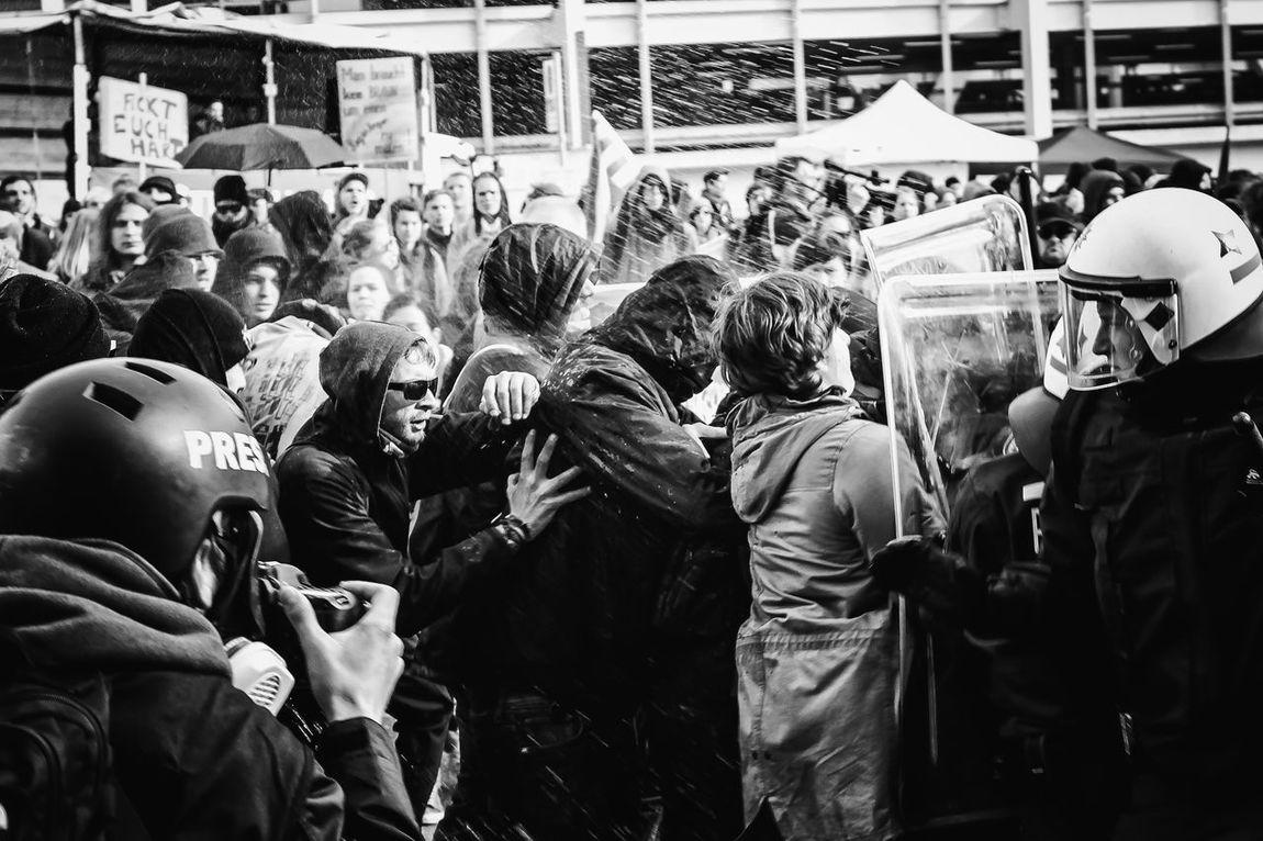 The Photojournalist - 2016 EyeEm Awards Protest Police Streetphotography Street Demonstration Water Gewaltätig Gewalt Antifaschismus Stuttgart Welcome To Black Welcome To Black