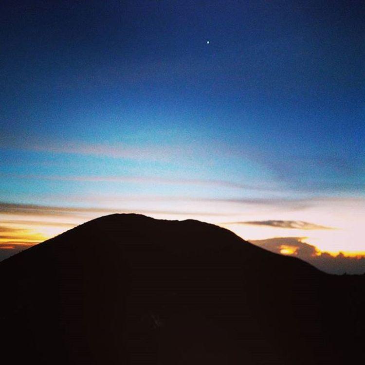 GoodmorningIndonesia , Menyambut sang fajar di atas gunung merapi.. 17/01/16 ------------------------------------ Goodmorning INDONESIA Mountain Merapi Volcanoes Hiking Climb Adventure People Pendaki Gunung Summit Emotion Adventure Trip Masl Mdpl