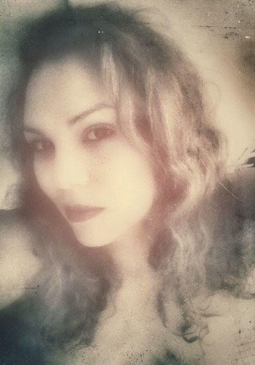 Me Curly Hair Faces Of EyeEm Portrait Of A Woman Latina Puertorriqueña Woman Selfie Clear Serious