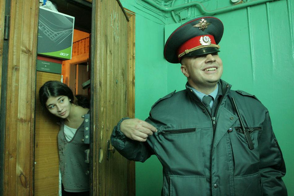 Участковый полицейский беседует с жителями дома. District policeman meeting with inhabitants Police Policeman полиция полицейский участковый