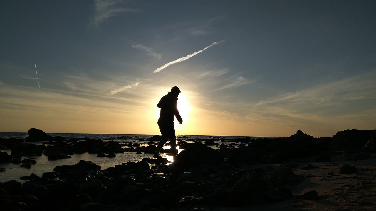 One Person Silhouette People Adult EyeEmNewHere Atardecer :) Friendship Atardecer Sand Views Summer Sunlight Water View Point Horizon Sky Sea Adventure Sunset Field Scenics Tranquility Beach View Beachtime Landscape