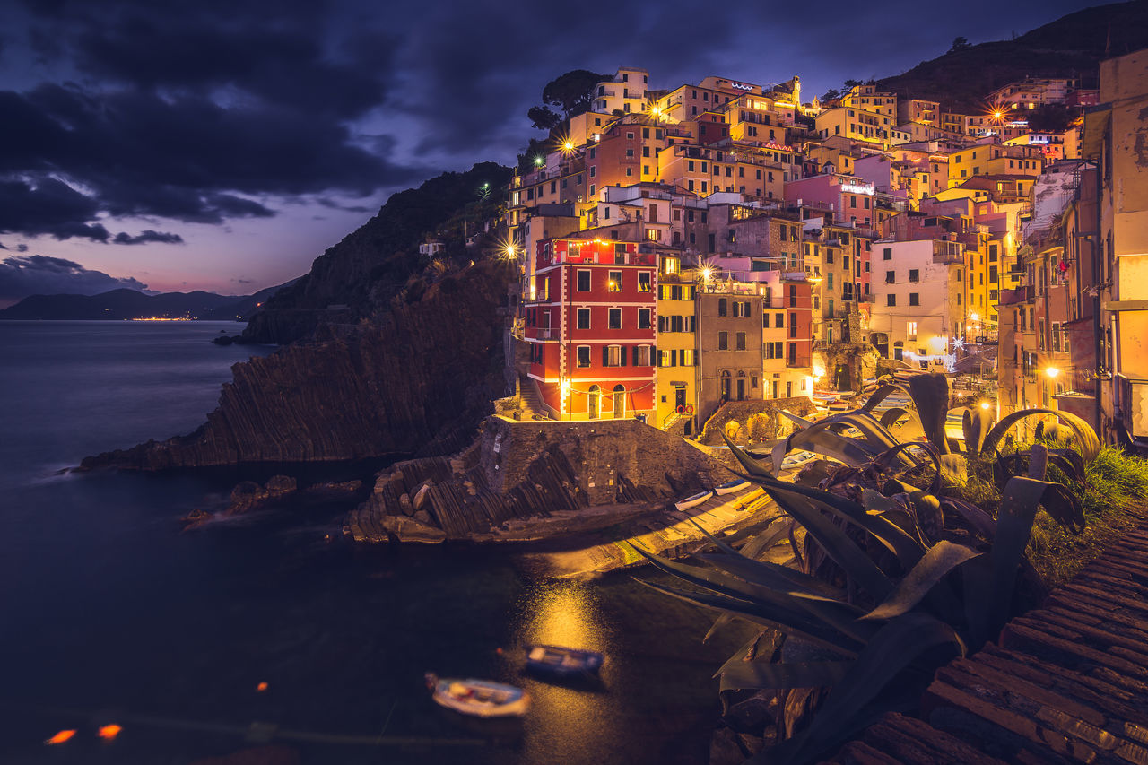 Night falling in Riomaggiore village (Cinque Terre, Italy). Went over there on a short one day trip right after Christmas, the place is just fabulous, day and night. Architecture Building Exterior Christmas In Cinque Terre Cinque Terre By Night Cinque Terre Night Shot Cityscape Fishermenvillage Italy🇮🇹 Landscape Night Night Long Exposure Riomaggiore By Night Tourism Tourist Destination Cinque Terre