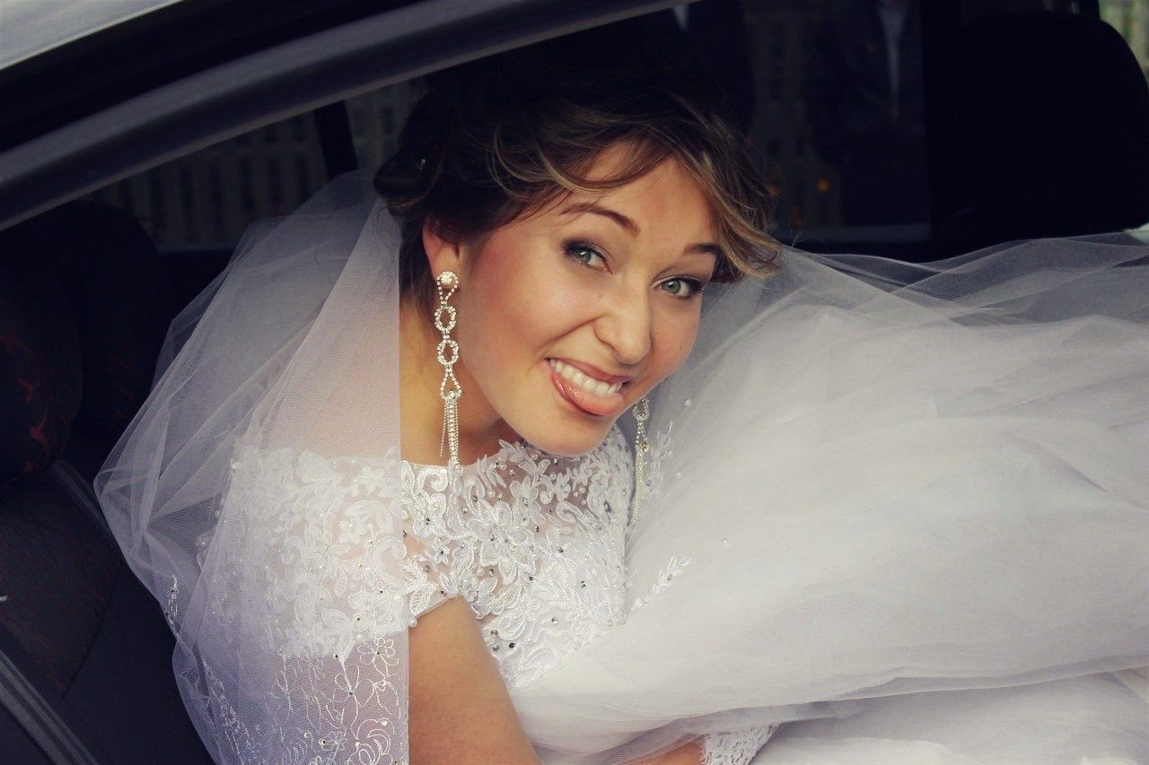 bride, wedding dress, looking at camera, smiling, wedding, young adult, happiness, young women, car, portrait, veil, one person, real people, beautiful woman, cheerful, lifestyles, life events, day, sitting, well-dressed, one young woman only, close-up, outdoors, people