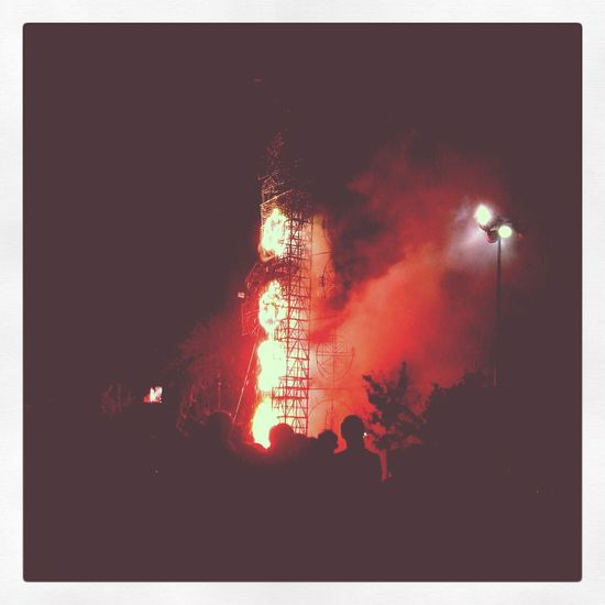 Red Castle!! Red Castle People Watching Burn ..life Is Burning Bright Photooftheday Photograph EyeEm Best Edits EyeEm Eyem Best Shots Watching Tequisquiapan Juegospirotecnicos Rojo Fuego Amazing Amazing View