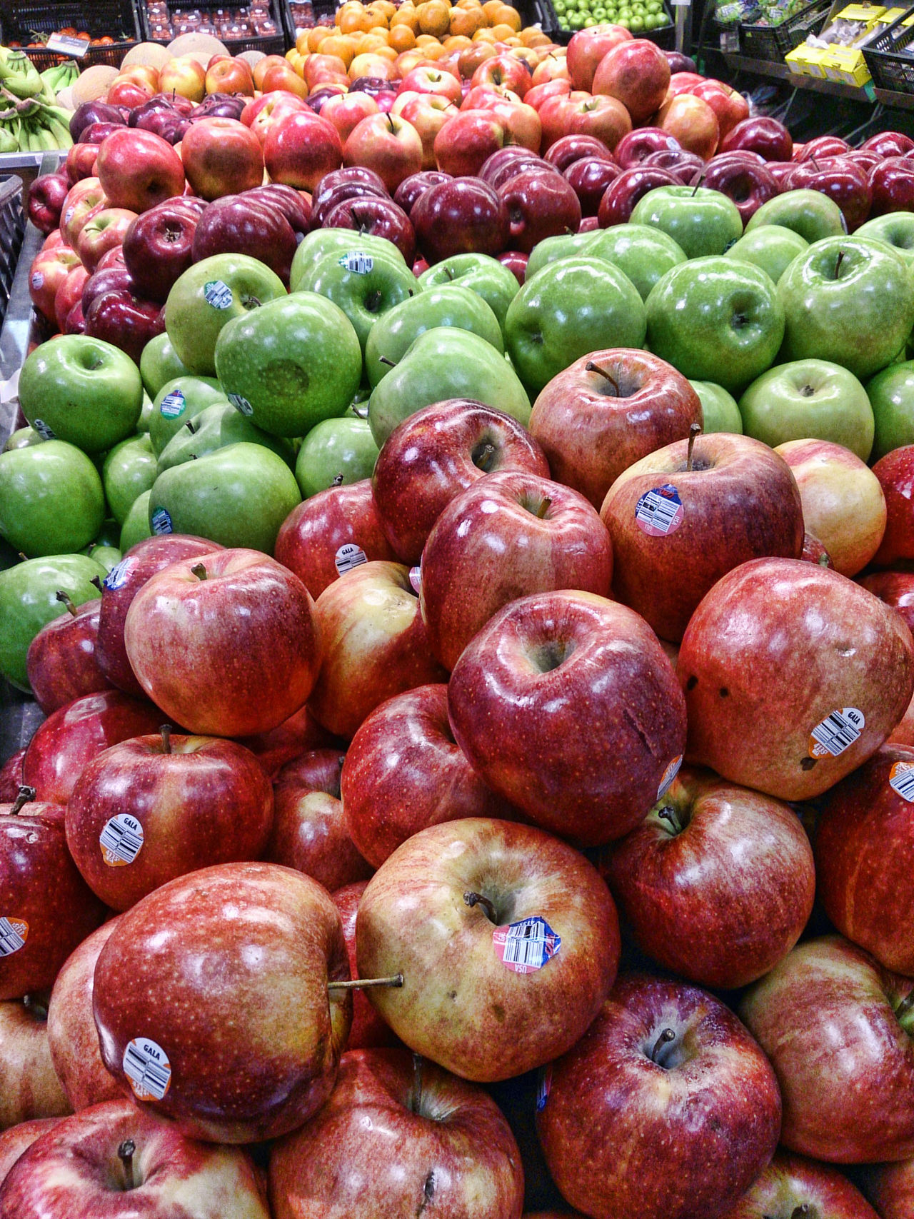 at the supermaket Apple - Fruit Apples Close-up Eat Healthy EyeEm Fruit Collection Eyeem Fruit Shot Eyeem Fruits For Sale Fruit Green Market Stall Red