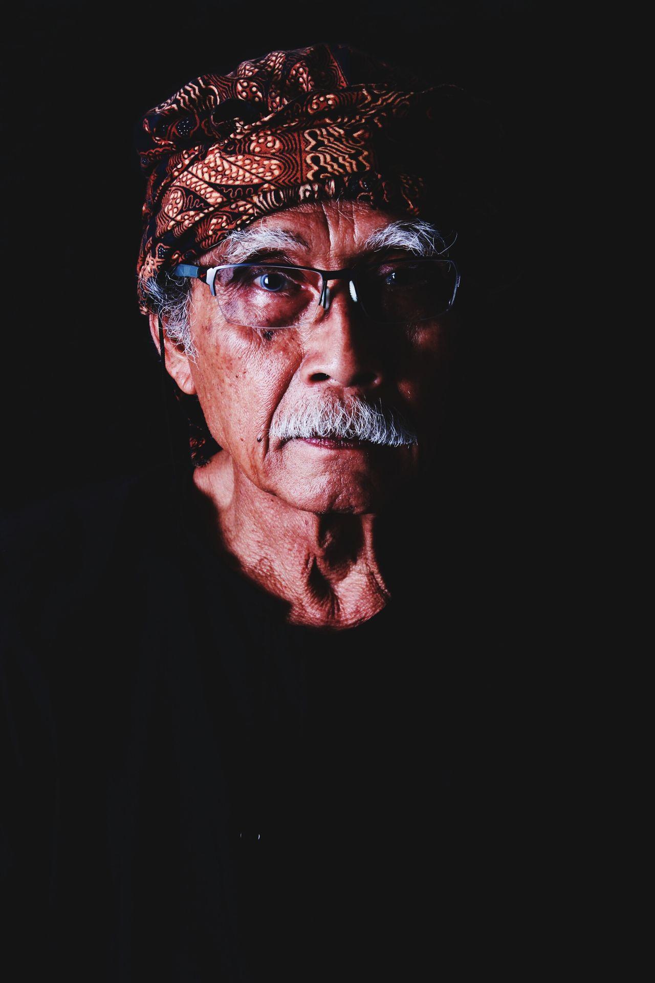 The Potraitist - 2015 EyeEm Awards oldman Glasses Sunda Sundaculture Bandungpisan Timorense Hello World Black Background Oldfashion Legend Legendary Legends Vintage Brito Extraordinary  Supermoon Bestpicoftheday The Week On Eyem