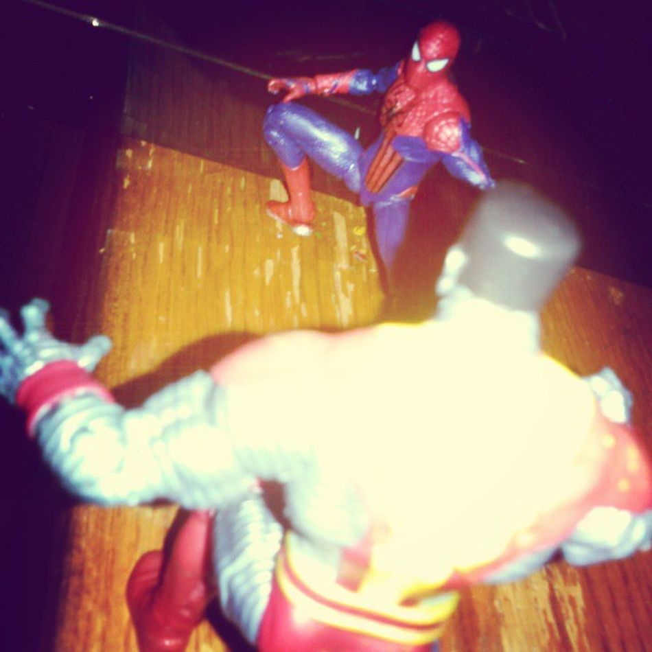 Good old spidey having a good sparing match with Colosussus. Xmen Colosussus Spiderman Marveluniverse LovetheNewfigure Marvel Somuchsexiness Randompic