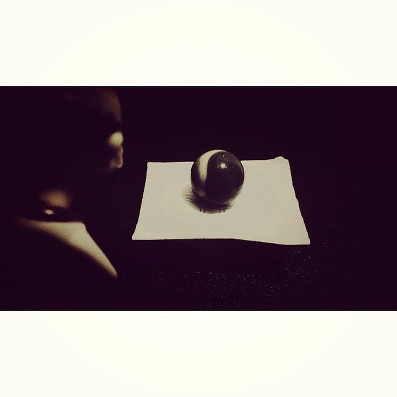 La esfera oscura (1) Ahora será mejor que nos encarguemos de la esfera- dijo el profesor dirigiéndose hacia la habitación donde se encontraba el malévolo artefacto, estaba decidido a destruir ésa aberración del diablo. Allí estaba, resplandeciendo entre una danza de luces y sombras, realmente era una visión preciosa, pero ya no tenía ese hipnótico poder, incluso parecía que su luz fuera más débil. Gris se la quedó observando en silencio durante un instante, todas esas luces dando vueltas dentro de la bola negra creando un sensual movimiento del que los ojos no se desprendían. Cuando le pareció que ya la había admirado bastante hizo unos pasos en su dirección para cogerla y observarla más de cerca. Yo de tú no haría eso- sonó la voz femenina desde atrás de la estancia, todos se giraron hacia allí encontrándose con una inesperada sorpresa, Evelin, la heroína de penetrante visión, sostenía en sus manos una pistola apuntándola hacia ellos -apartaos poco a poco de la esfera, venga, todos a la derecha cómo niños buenos obedeciendo a mamá y no movais ni un pelo. Freewords_freepic Foto_relato Relato MicroRelato microcuento