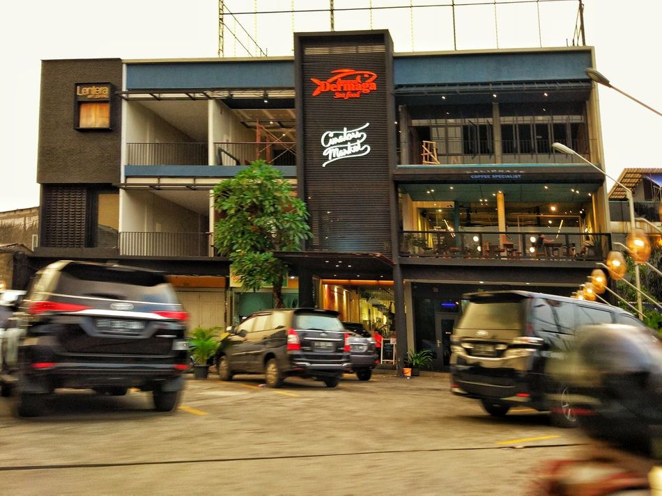Restaurant View Hang Out With Friends Building Exterior Transportation Built Structure Architecture Mode Of Transport Land Vehicle Outdoors No People City Tree Day Street Photography Somewhere Over The Rainbow Somewhere I Remember JakartaStreet PlacesAroundEarth Architecture Tropical Climate Tropical Beauty Somewhere In The World Tropical Dream