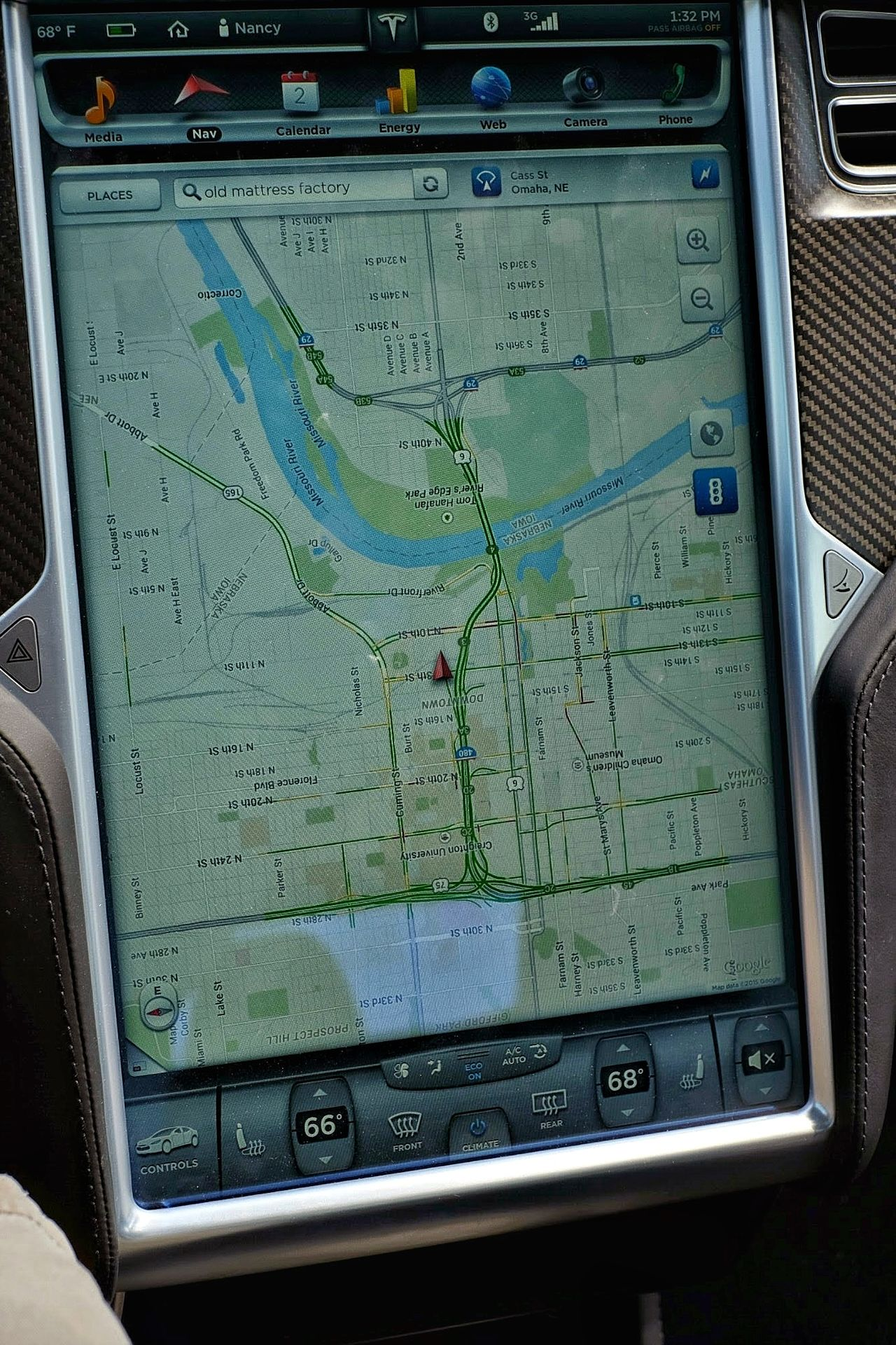meinAutomoment : Tesla Motors P85D Backgrounds Car Interior Close-up Dashboard Day Detail Electric Vehicle Full Frame Interface Land Vehicle Map Mode Of Transport Navigation No People Part Of Screen Technology Tesla Motors Test Drive Touchscreen