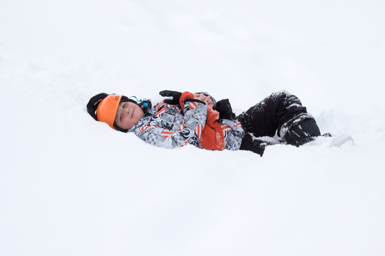 winter, cold temperature, snow, adventure, leisure activity, real people, warm clothing, one person, lifestyles, backpack, nature, beauty in nature, sport, outdoors, full length, day, men, extreme sports, sky, people
