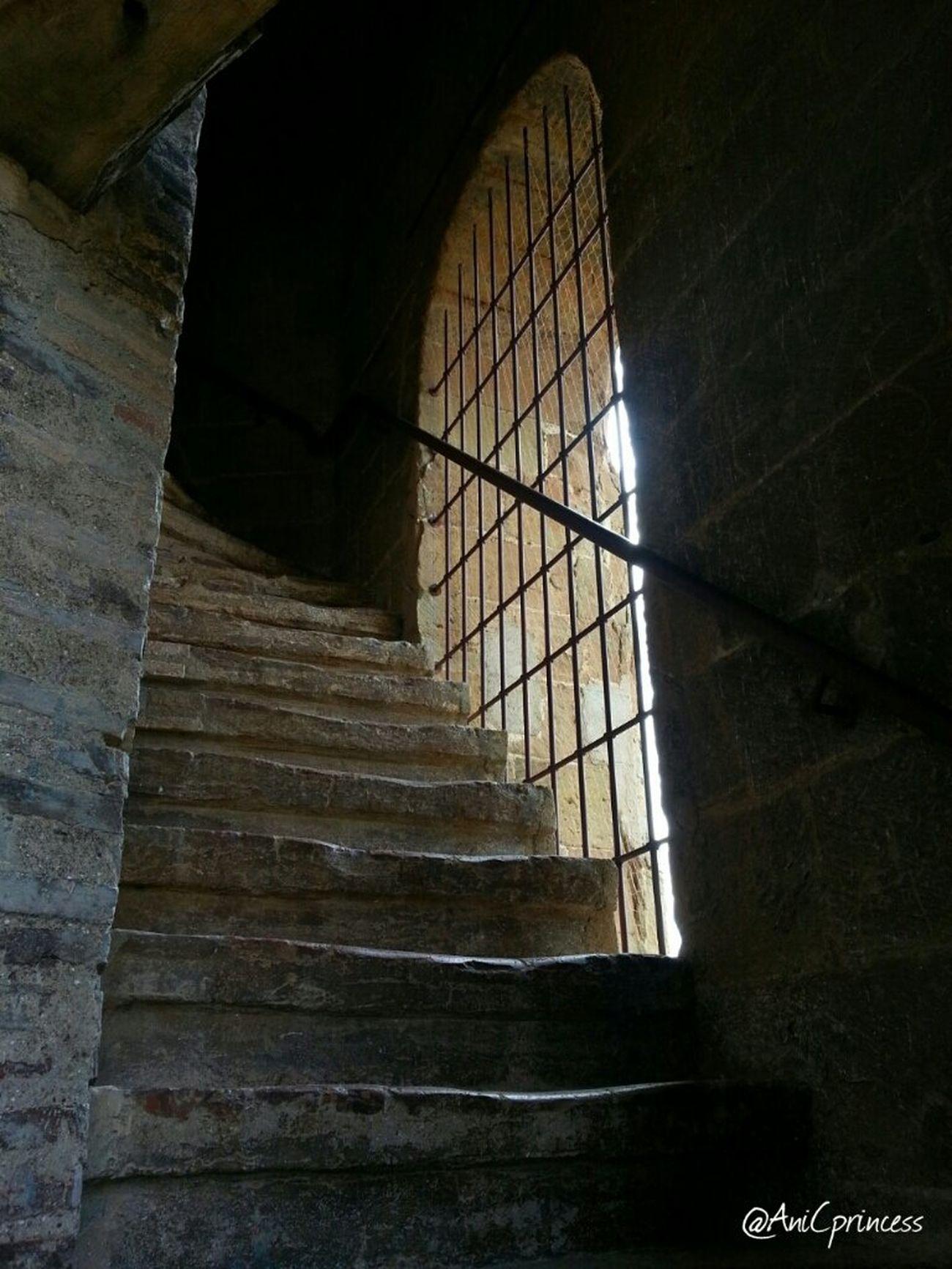 ... y al llegar a la torre, comencé el ascenso... Nofilter Stairs Somontano Decay