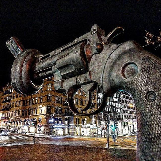 🔫📷 Freedom Giveus World Nowar War Peace Perfect Picture Nofighting Love Colors Beautiful Gun Statue Gothenburg Tagsforlikes Like4like Likes Frihet Geoss Världen Perfekt Bild Färg Vackert staty göteborg @mack3lito repost