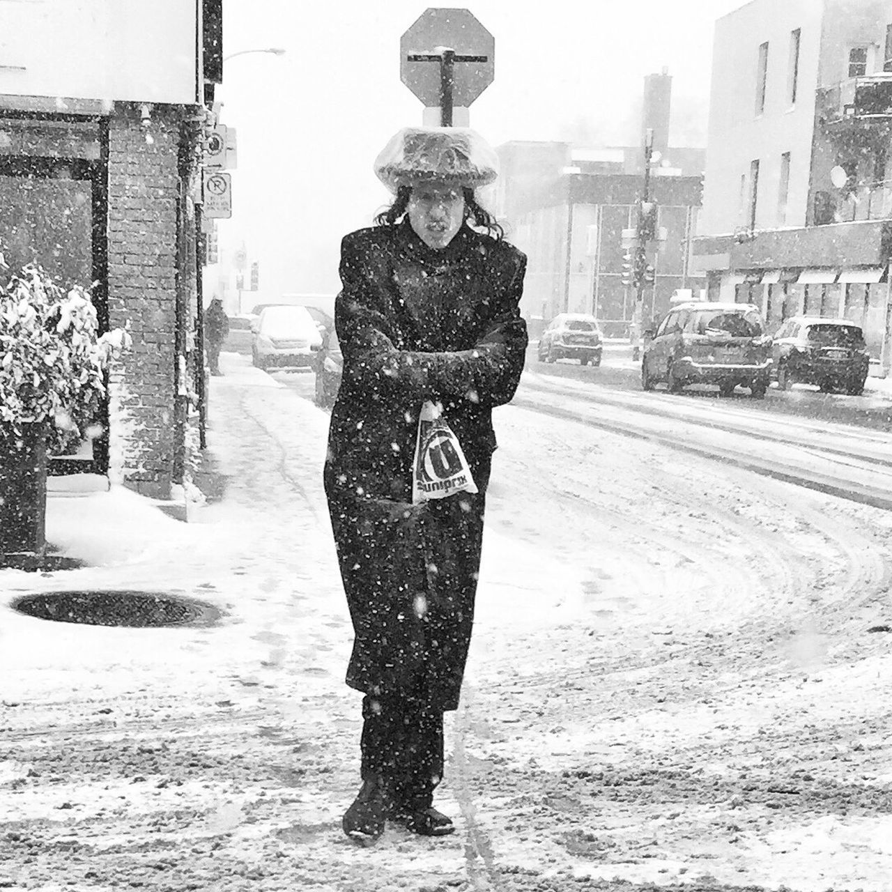 Let it snow ! Real People One Person AMPt Community Winter Snow Streetphotography Blackandwhite Streetphoto_bw EyeEm Best Shots - Black + White Snow ❄ Montréal