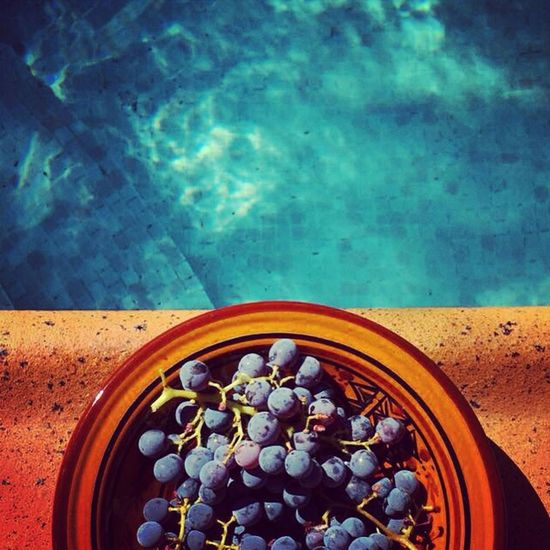 Raisins du jardin au bord de la piscine. Relaxing Enjoying Life Holidays Southoffrance Yummy Fruits Poolside Food