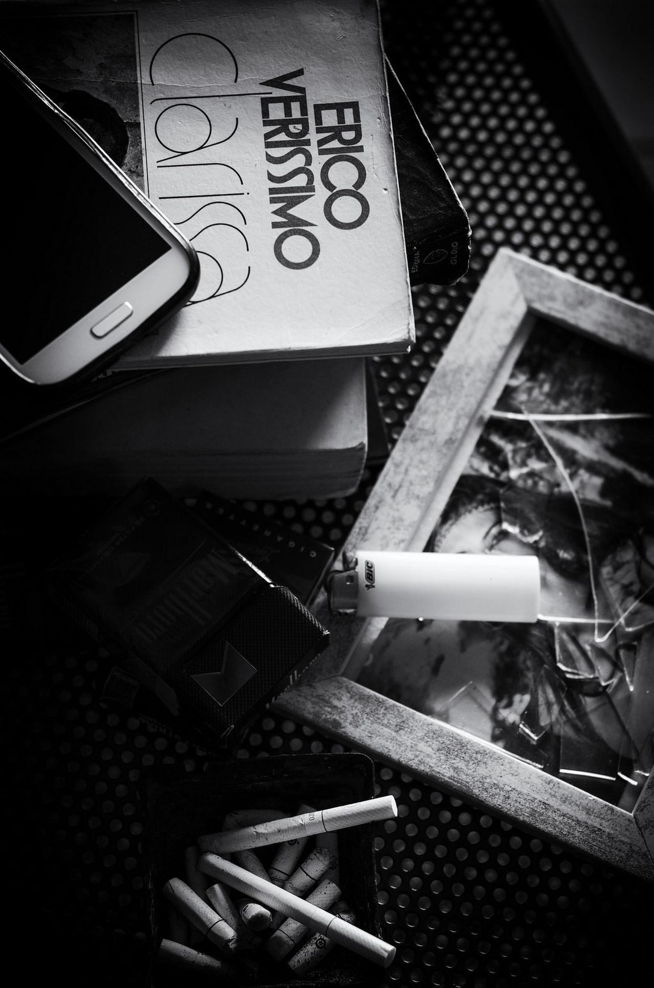 Nó(s) Light And Shadow Black & White Black And White Blackandwhite Preto & Branco Cigarro Cigarros Cinzeiro Ashtray  Broken Glass Broken Heart Coracaopartido Coração Partido Isqueiro Lighter Celular Telefone Phone Cellphone Smartphone Livro  Book Erico Veríssimo Cigarrette Clarissa
