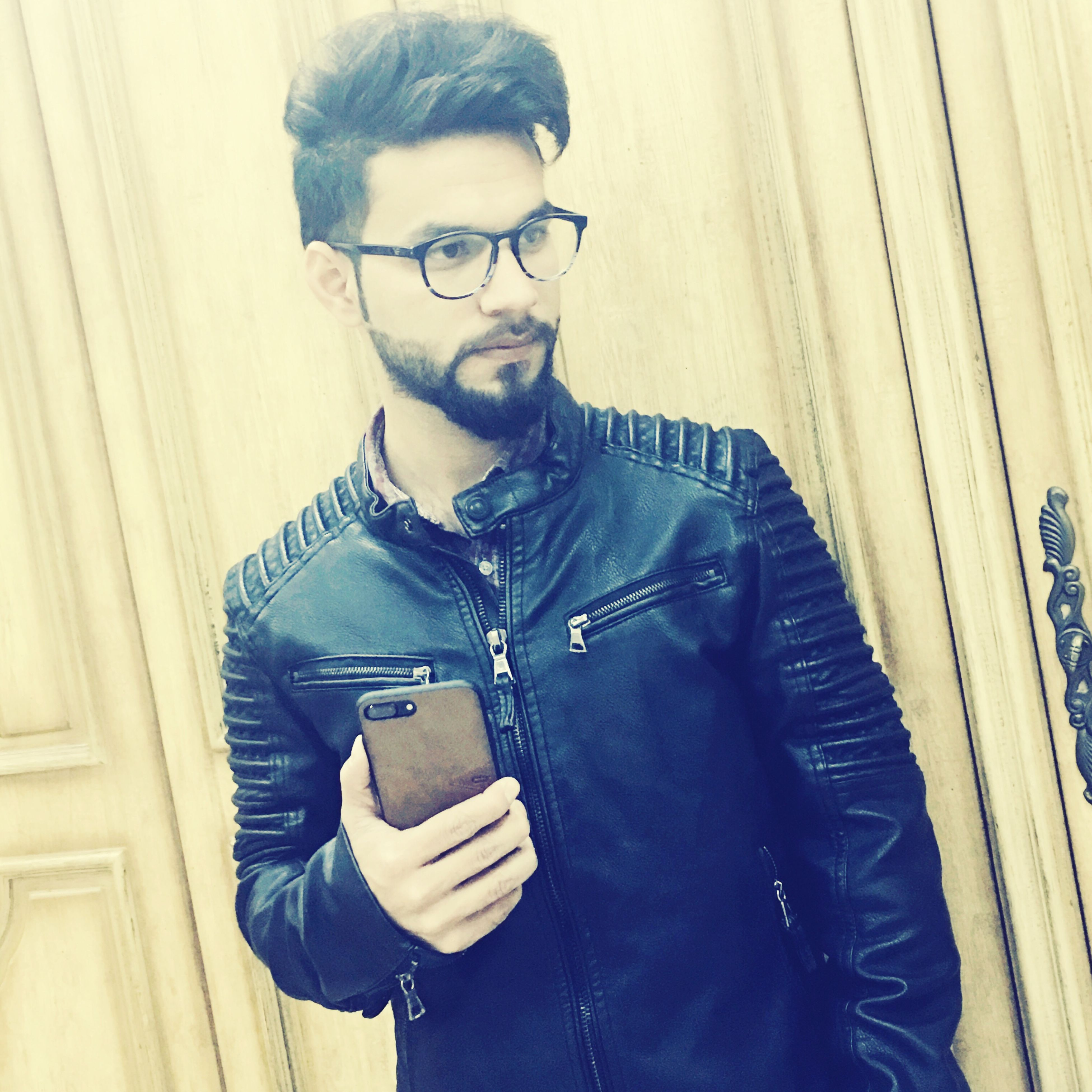 young adult, hipster - person, young men, beard, only men, men, lifestyles, one young man only, one man only, modern, wireless technology, fashion, adult, males, businessman, standing out from the crowd, human body part, one person, city, adults only, indoors, people, technology, day