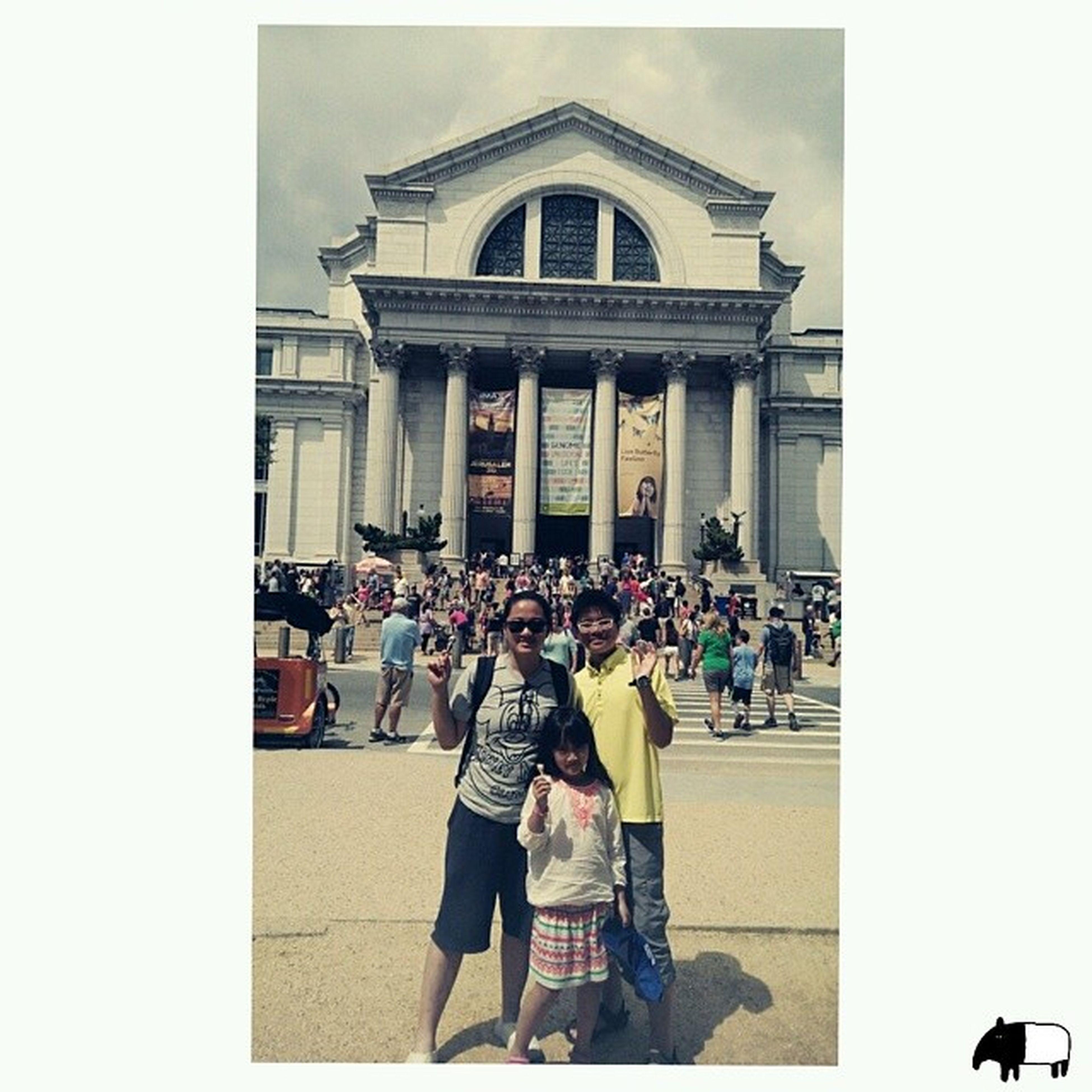 美國20140802 day.1 Washington DC 這裡的博物館都是免費 因為有個類似郭董的富豪 免費捐贈供大家免費參觀 美術館航空館雕塑館自然動物館... 還看到方尖碑,國會,林肯博物館 街道建築好漂亮 到處都是露天公車 小鳥松鼠都不怎麼怕人 只要看到水攤,就能看到小鳥在玩水 明明是大城市,美麗風景好多 I love it.