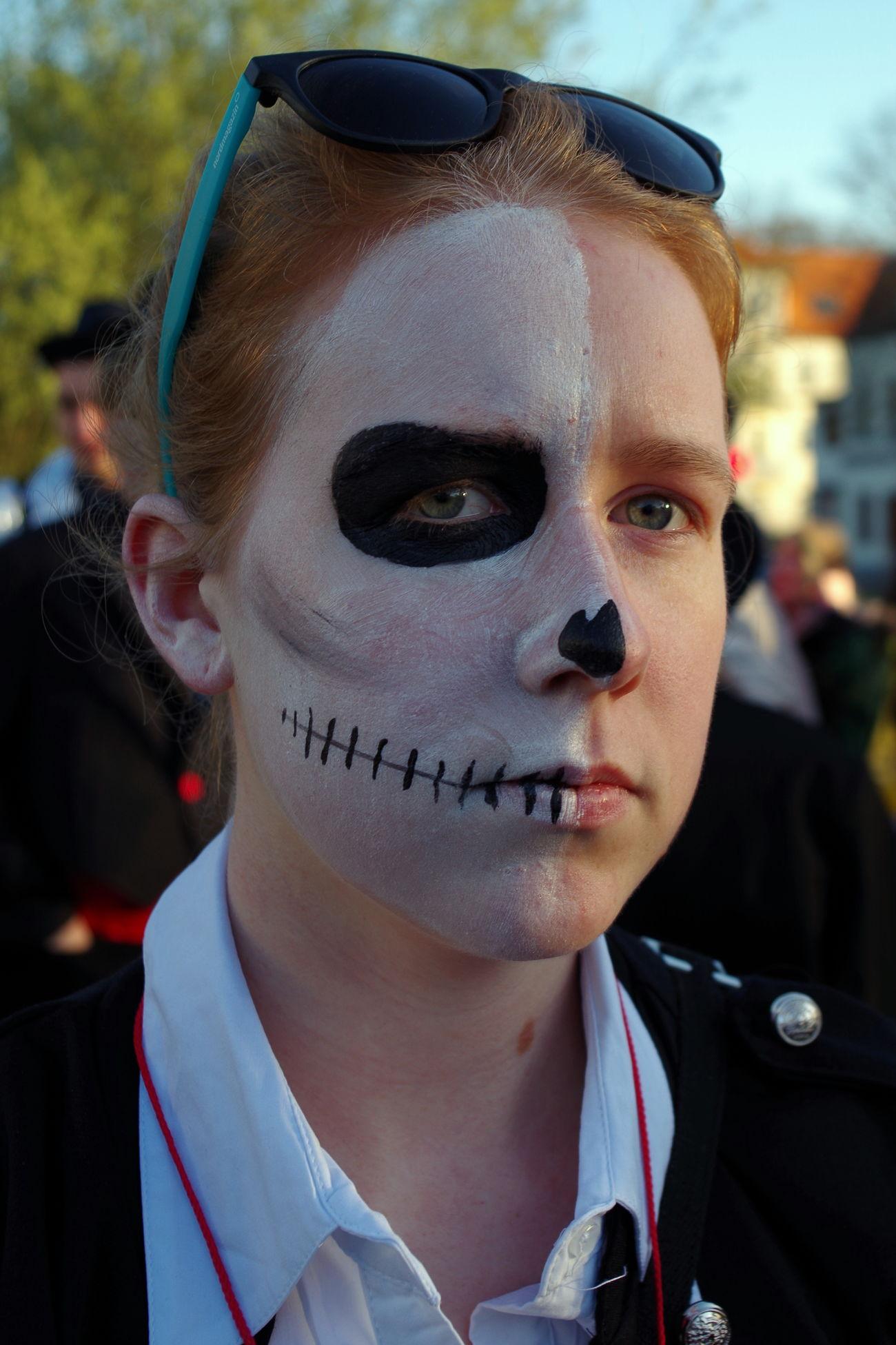 Letzter Schultag - ZABIRKUS die Künstler verlassen die Manege Draußen Gesicht Human Face Last Day Of School Letzter Schultag :* Maske  Meeting Point Outdoors Portrait The Portraitist - 2016 EyeEm Awards Treffpunkt