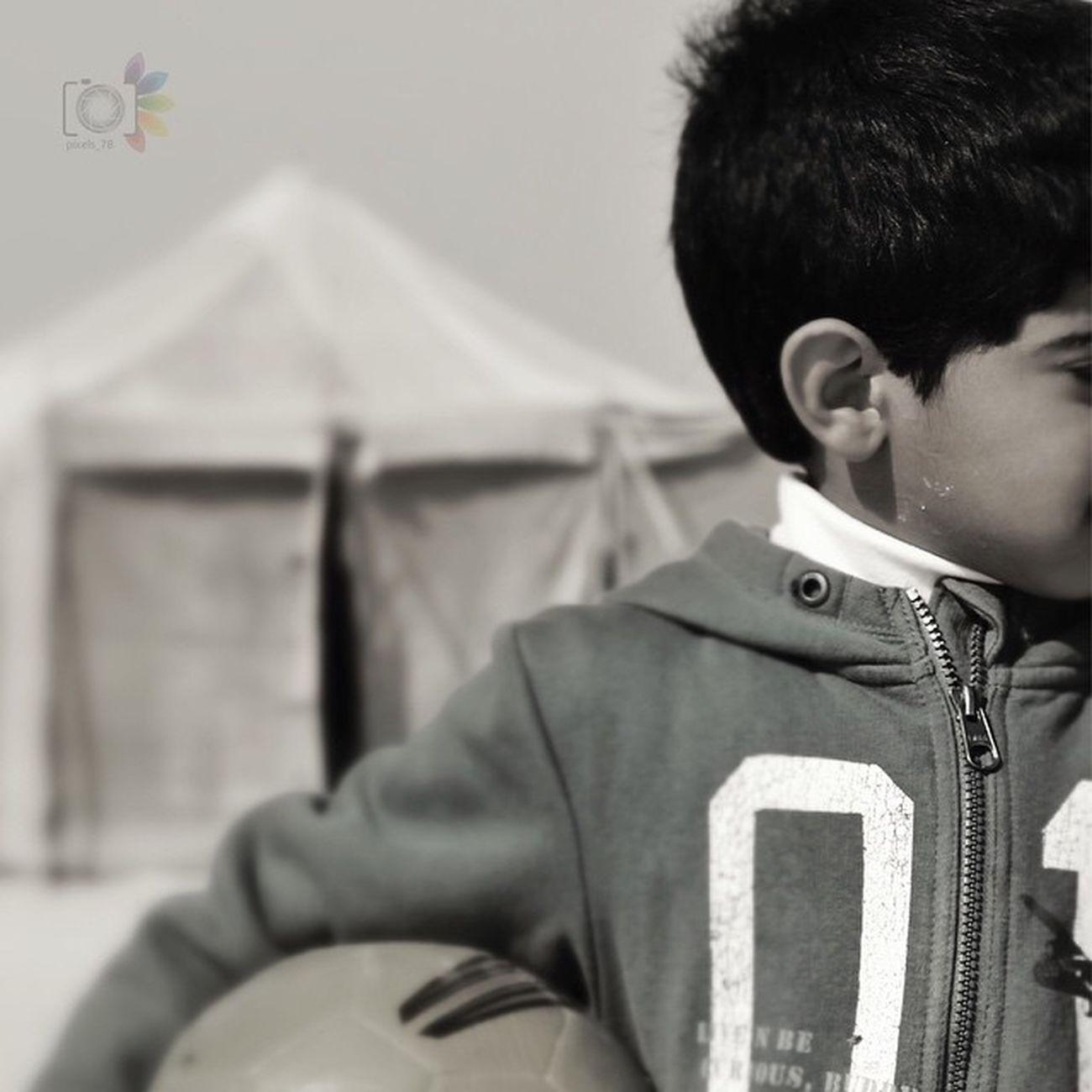 ليس هُناك أجمَل من طفل يُشاهدك حزين ولا يعلم ما بك فـ يَجلس بِجانبك . حقيقة لعب اطفال البحرين صخير مخيم رحله 2014 Insta Instapic Instagram Instamood Camping Kids Play_foot_ball
