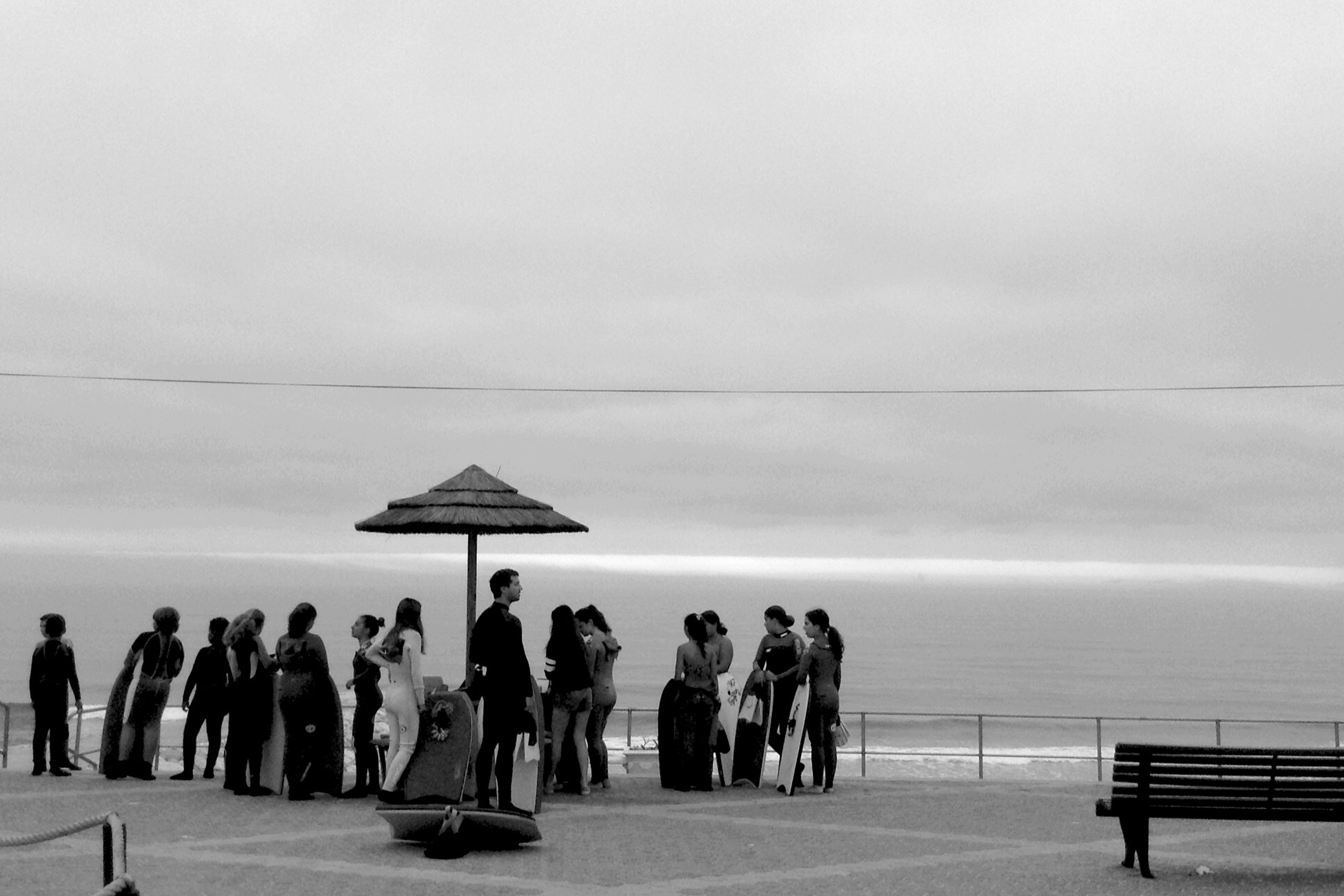 sea, horizon over water, men, large group of people, person, sky, lifestyles, leisure activity, water, walking, vacations, beach, standing, copy space, tourist, tourism, scenics, travel, tranquil scene