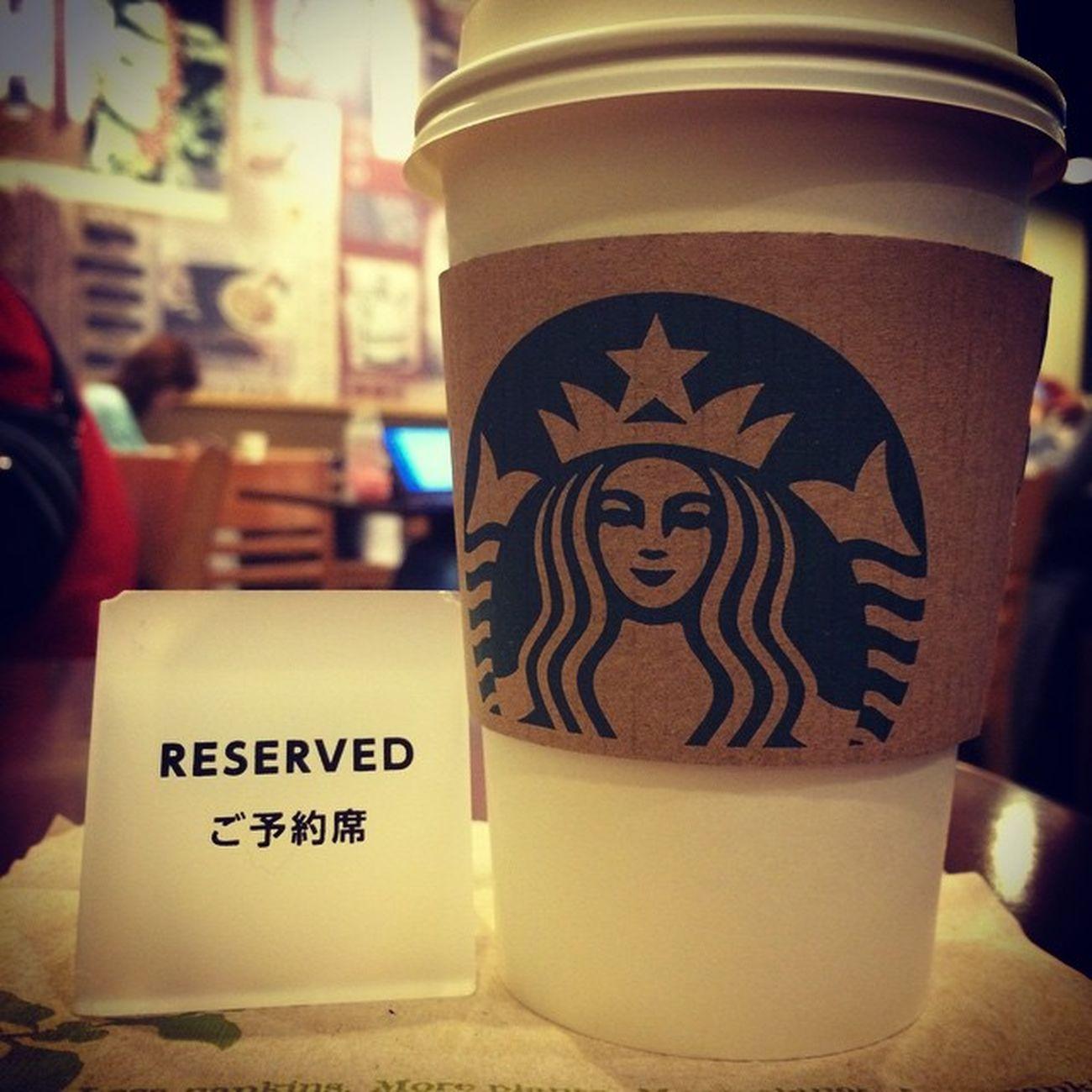 2015.03.01 STARBUCKS® ForHere Tall Hot NoFat AllMilk NoClassicSyrup WhiteMochaSyrup StarbucksTeaLatte(EnglishBreakfastTea) . やっぱ、ホムスタにも来ないとね?w ってことで、スタバさまにも来た✨ . 日曜のこの時間だから空いてきてる😁 ゆっくり座れて嬉しい✨ . ここは… SAKURAプロモのカップもショッパーも あっという間に無くなって早い段階で ノーマルに戻っちゃった(´Д` ) . 残念だけど仕方ないね?😩 PTRさん達の笑顔が満開だから🎶 それを楽しむのです✨✨ . Starbucks Starbuckscoffee スタバ Miillainsはスタバっ子w Miillains スタバとタリーズの主w ホムスタ