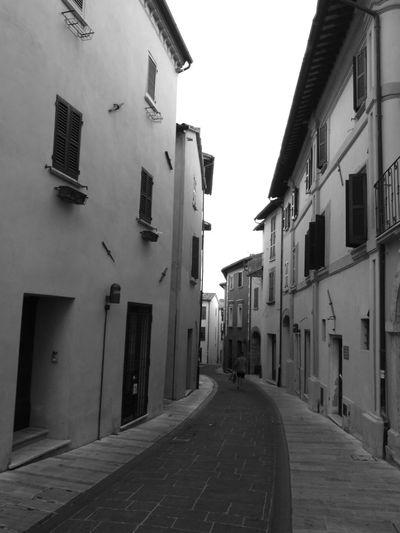 ...passeggiando !!! Paesaggi italiani Italia Blackandwhite Strada Biancoenero Umbria Photo Strade