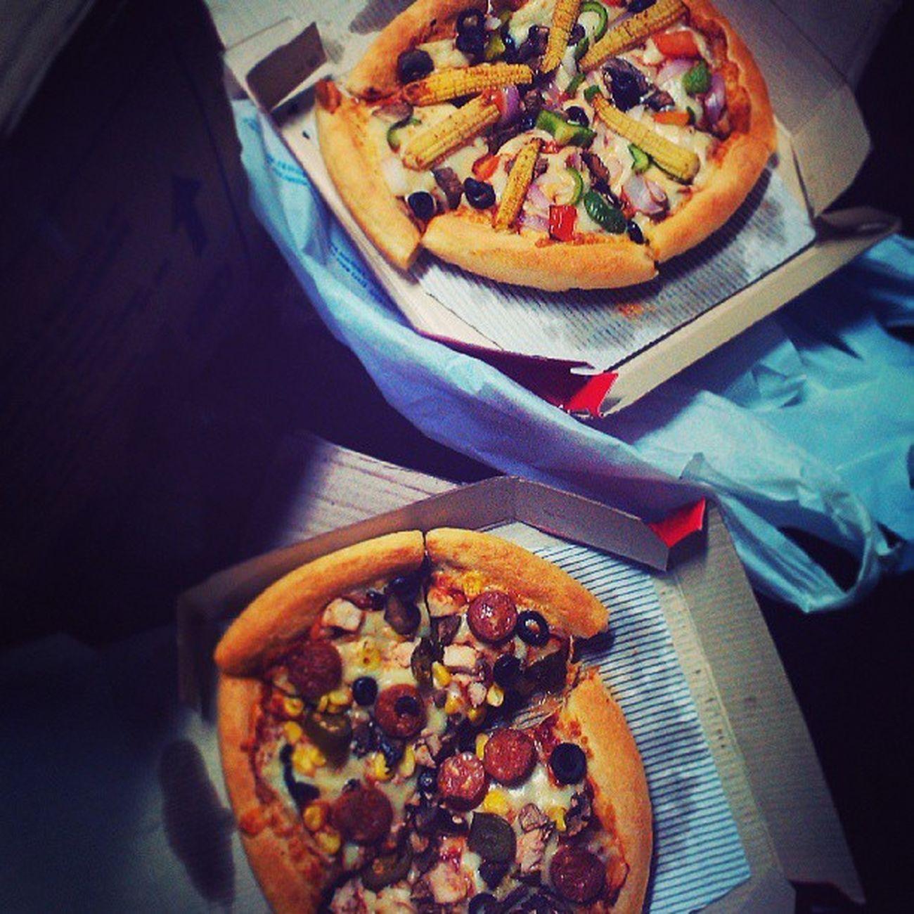PizzaByTheTrain Pizza Onthestation Yumness Veg nonveg instafood instayum instamumbai mumbai cst goodbyetreat pizzahut parcel chicken veggies bread crazy withfriends awesome