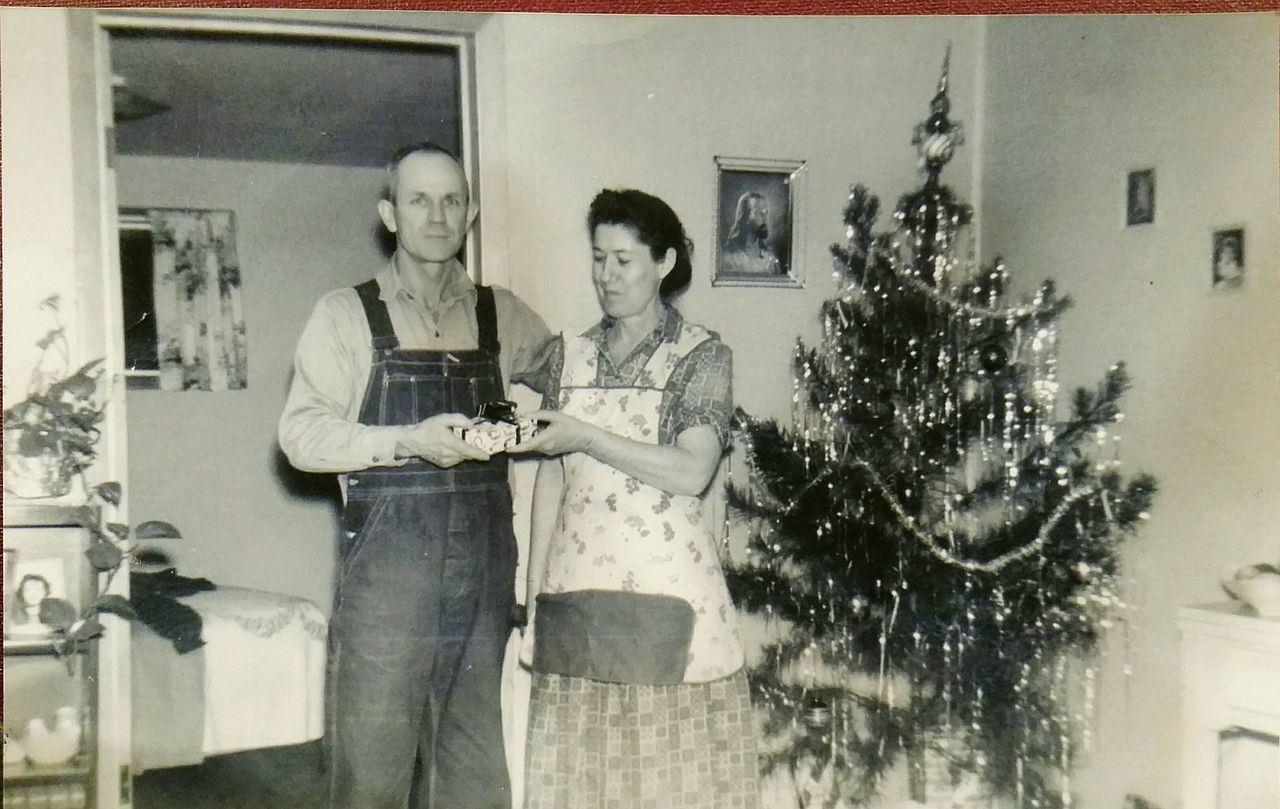 OldFashionedChristmas Oldfamilyphotos Old Family Farm Mamaw Papaw Country Christmas Grandparentshouse Christmas Tree Vintage Christmas Family Holiday Family History Old Photos Backinthedays